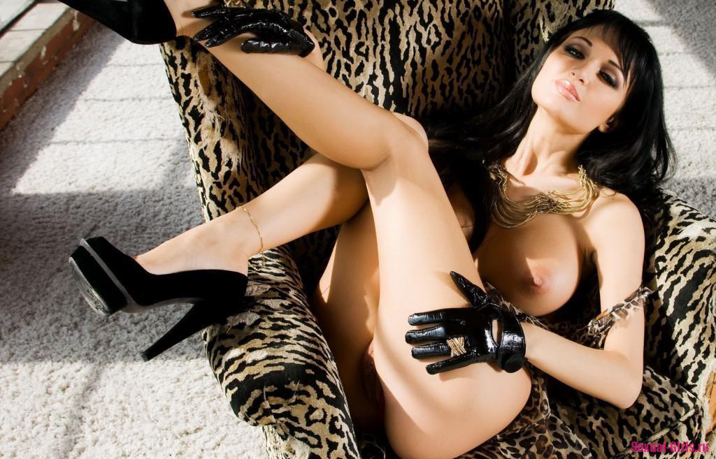 Страстная брюнетка в леопардовом прикиде