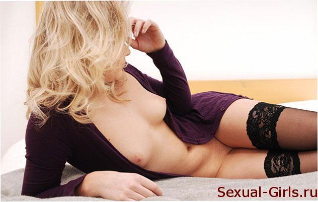 Девка в чулках на кровати