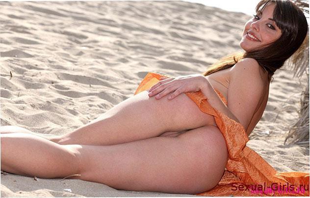 Эротика на пляже с сексуальной брюнеткой