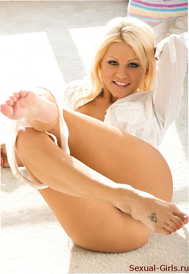 Grudastaia-blondinka-i-ee-krasivyi-fotoset-5