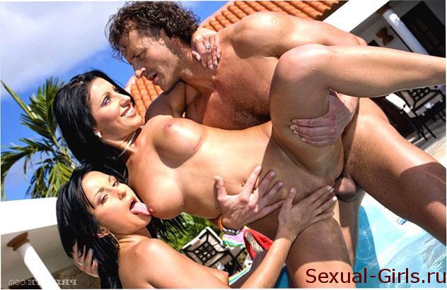 Порно фото: Групповуха с брюнетками у бассейна
