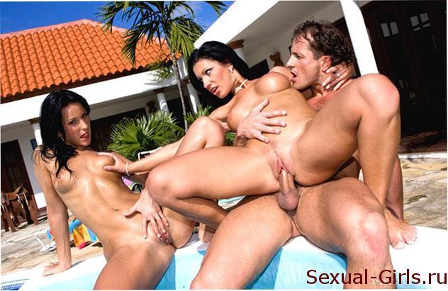 Секс фото: Групповуха с брюнетками у бассейна