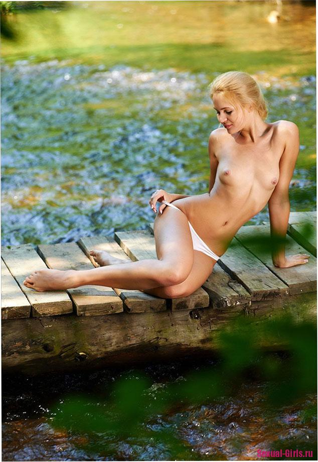 Эротическое фото: Молодая нежная красавица