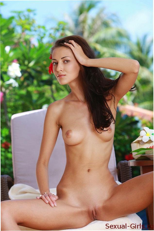 Эро фото: Сексуальная красотка наслаждается беззаботной жизнью
