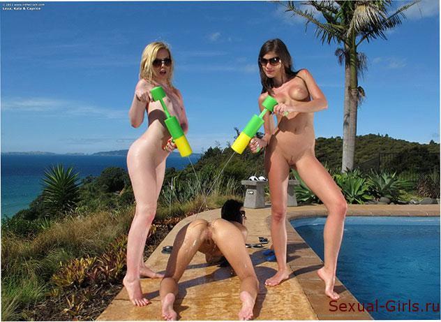 Сексуальное фото: Эротика девушек у бассейна