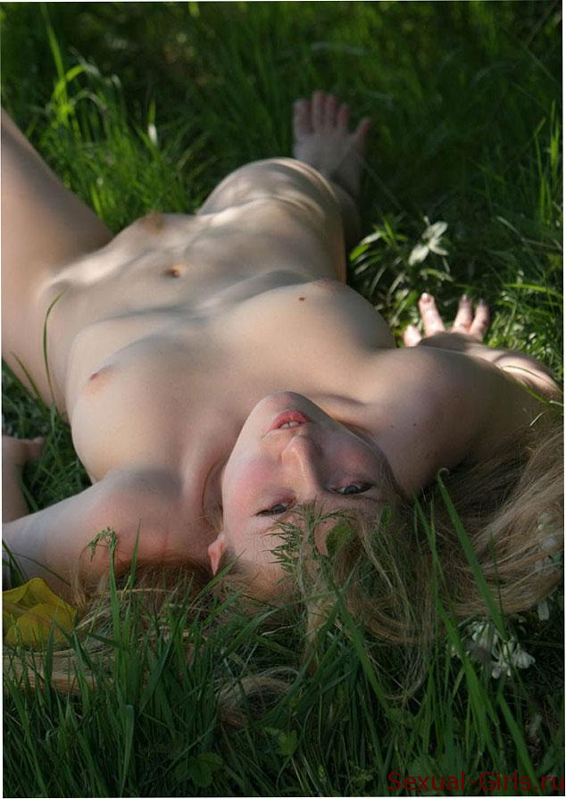 Эрофото: Фото русской красавицы в траве