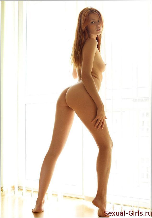 Сексуальное фото: Рыжая телка у окна