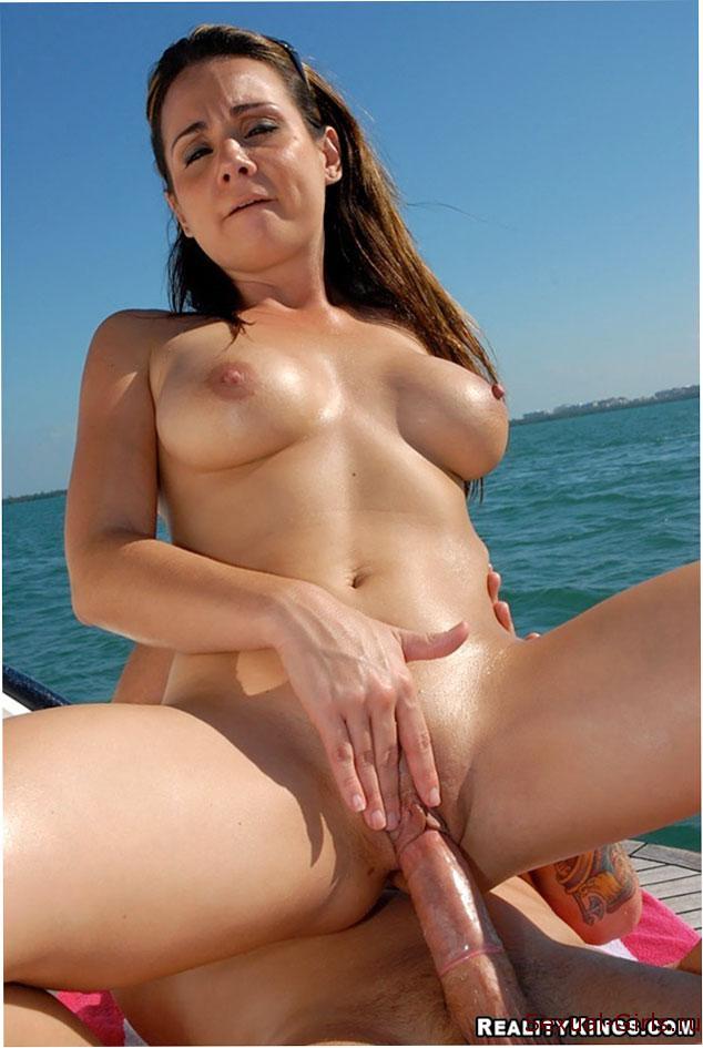 Секс со шлюхой в открытом море