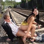 Секс влюбленных на железнодорожных путях