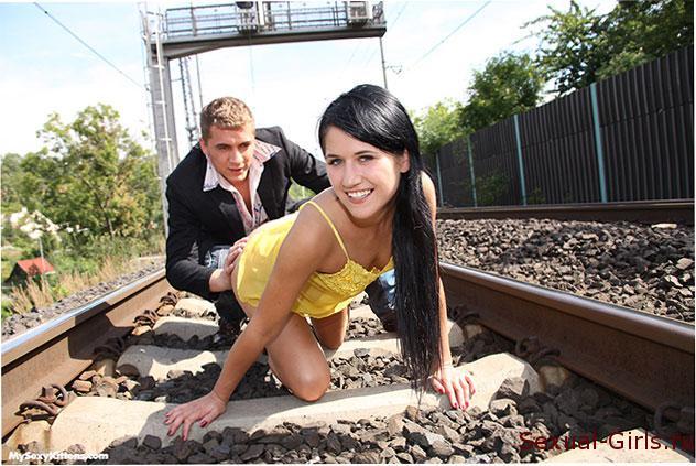 Порнографическое фото: Секс влюбленных на железнодорожных путях