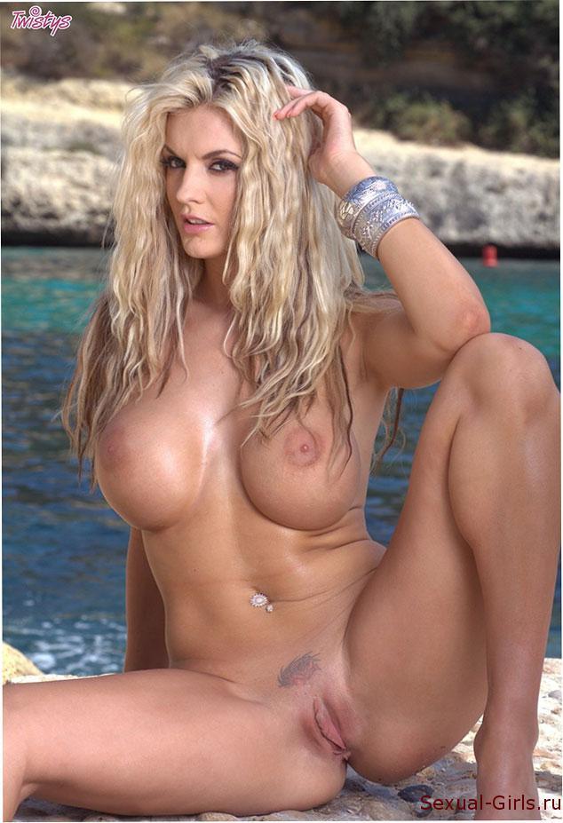 Эрофото: Блондинка голышом на скалах