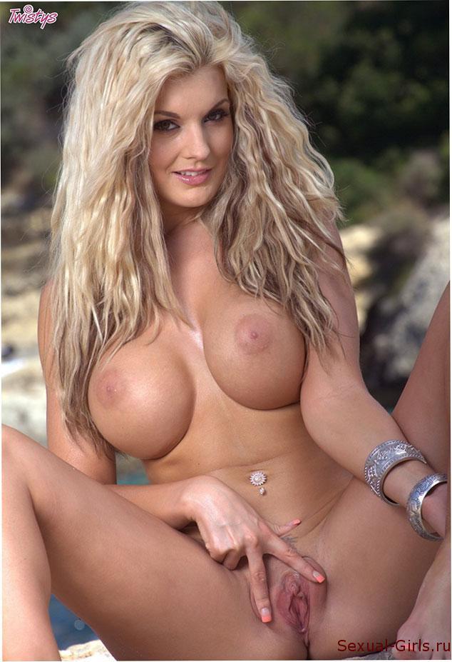Эротическое фото: Блондинка голышом на скалах