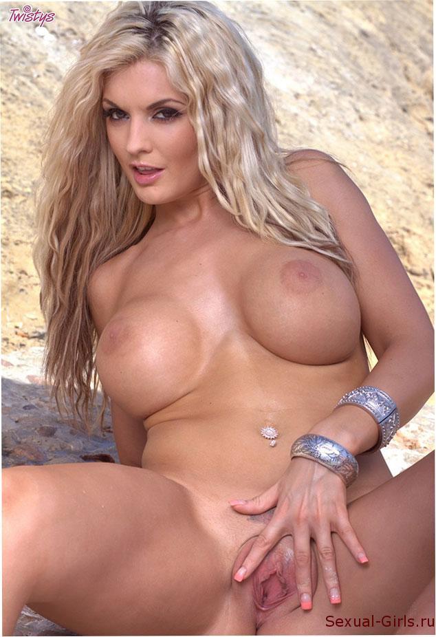 Сексуальное фото: Блондинка голышом на скалах