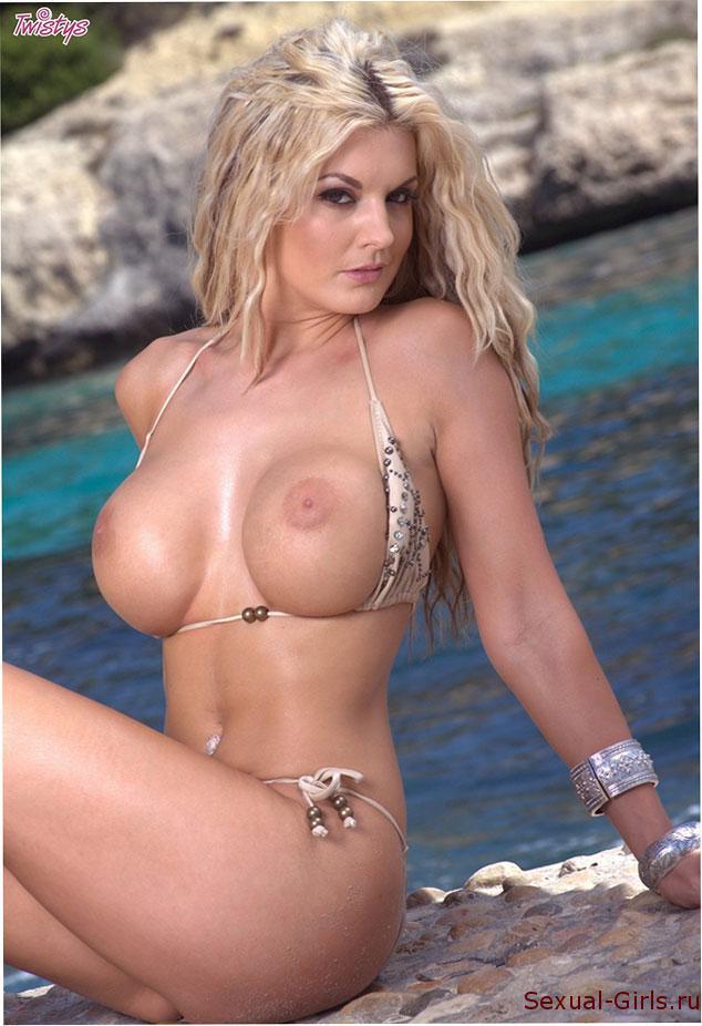 Эро фото: Блондинка голышом на скалах