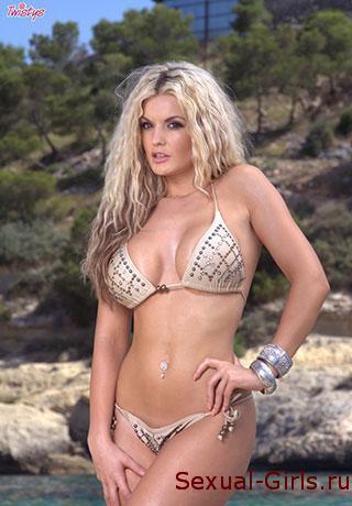Блондинка голышом на скалах