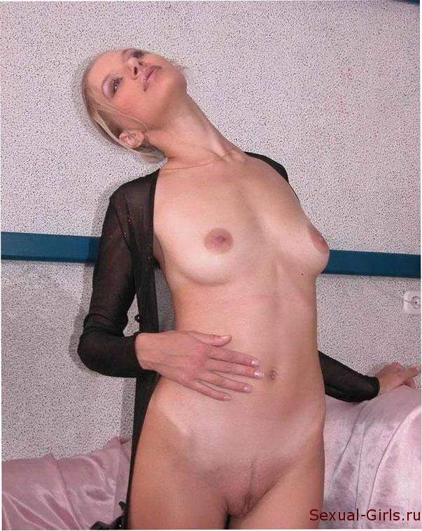 Блондинка в черном на кровати