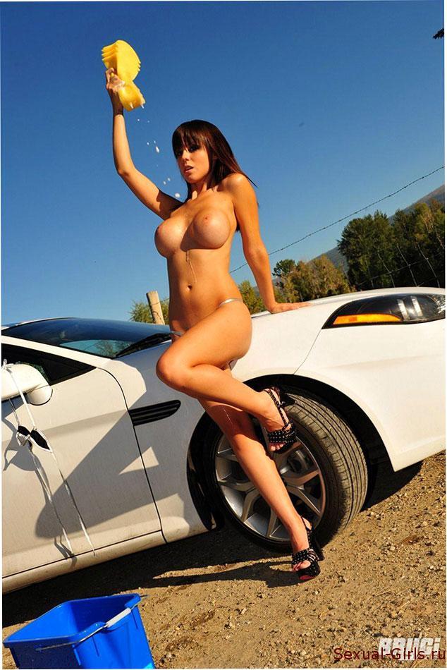 Эротическое фото: Грудастая автомойщица моет машину