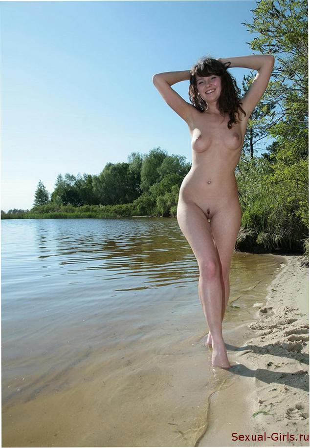 Красотка голышом на природе