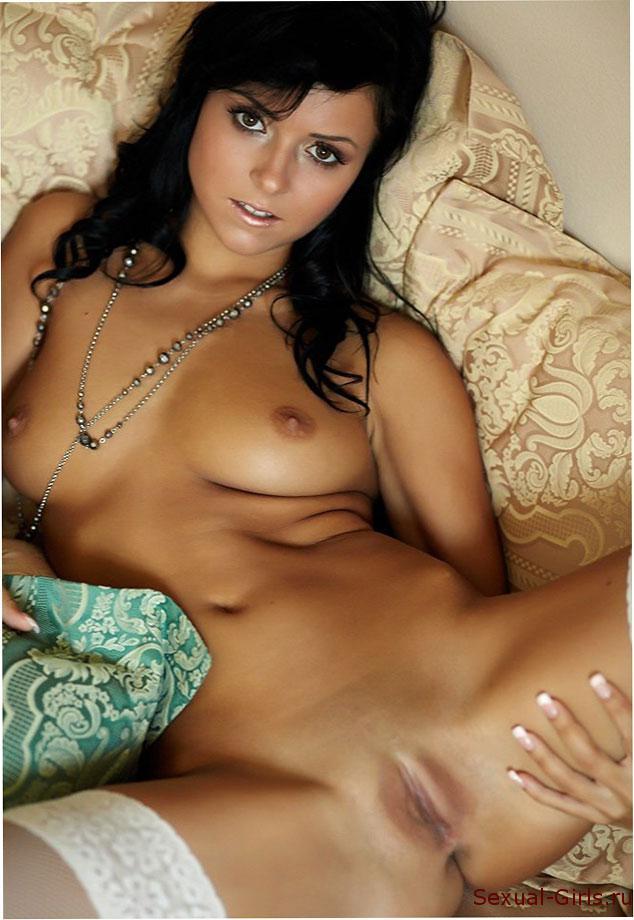 Эротическое фото: Милая брюнеточка в чулках