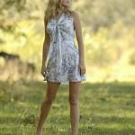 Молодая блондинка резвится на природе