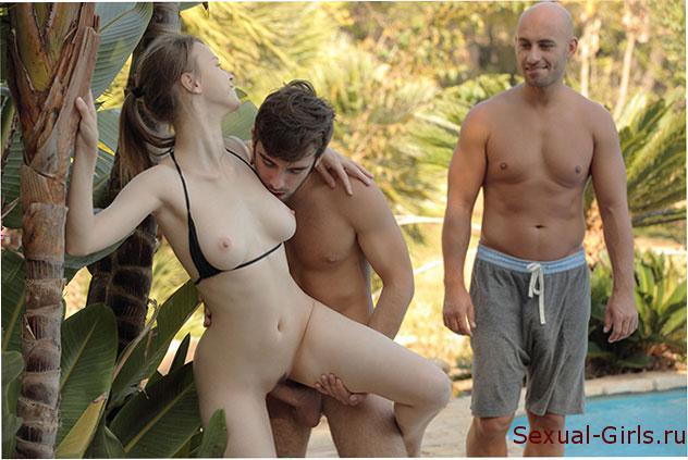 Порно фото: По очереди трахнули молодую