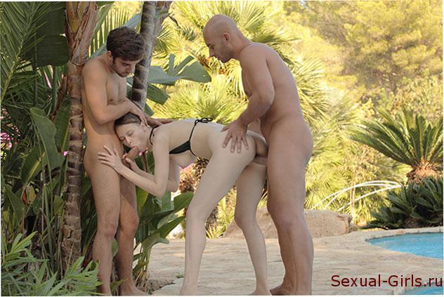Секс фото: По очереди трахнули молодую