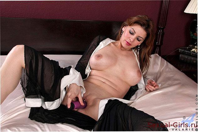 Seksualnaia-latinoamerikanka-na-krovati-7