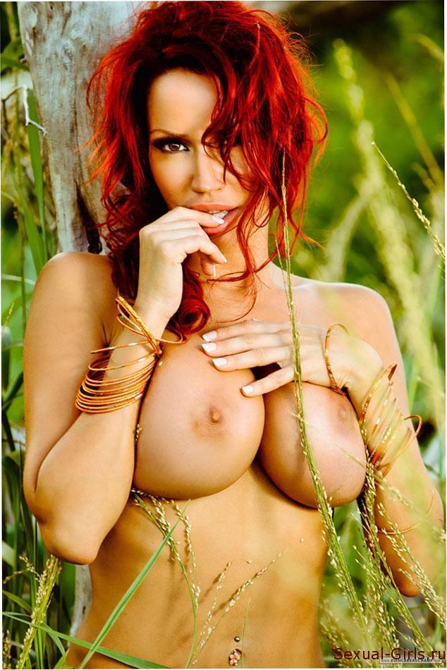 Эрофото: Сисястая рыжуха в траве