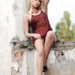 Блондиночка в заброшенном здании