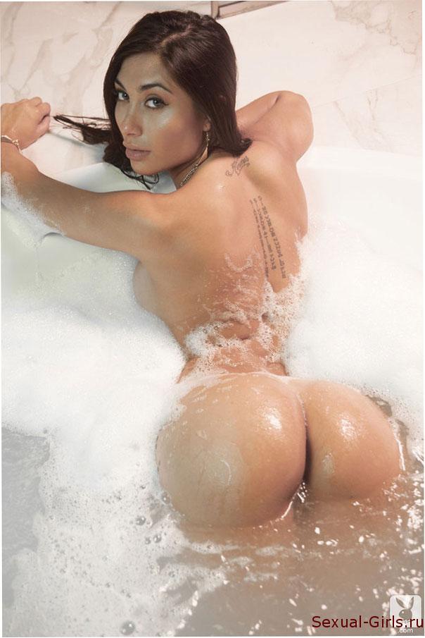 Эротическое фото: Сочная латинка принимает ванну