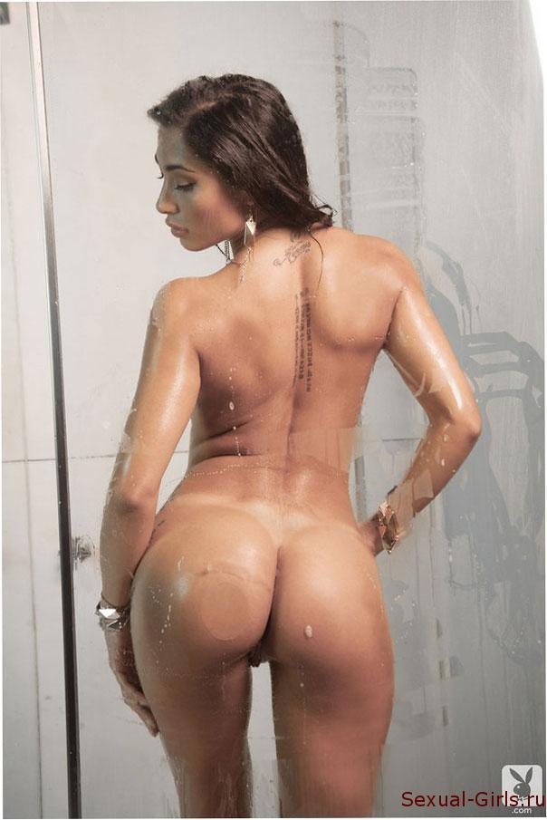 Сочная латинка принимает ванну