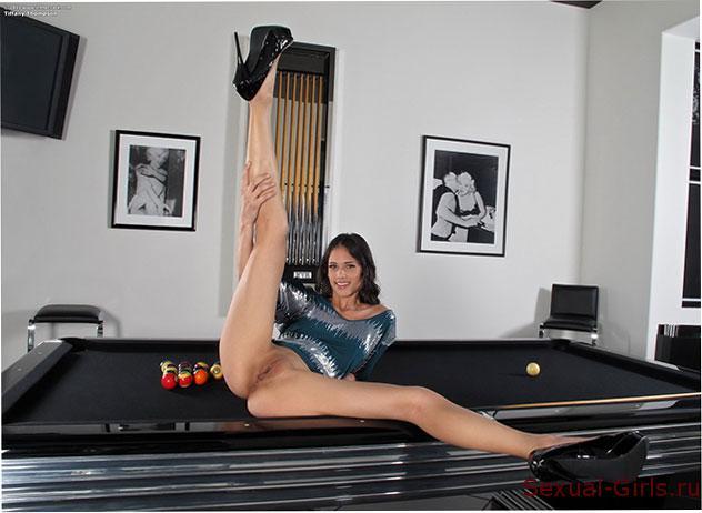 Эротическое фото: Брюнетка на бильярдном столе