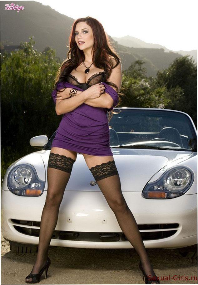 Фото: Эротика девушки у кабриолета