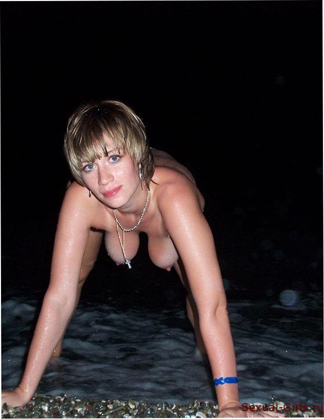Эротическое фото: Ночная эротика на берегу