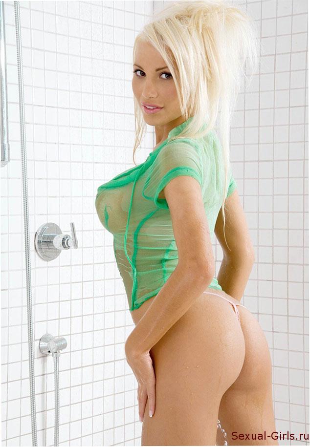 Mokraya-blondinka-s-bolshimi-grudyami-9