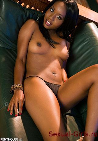 Негритянка на кожаном диване