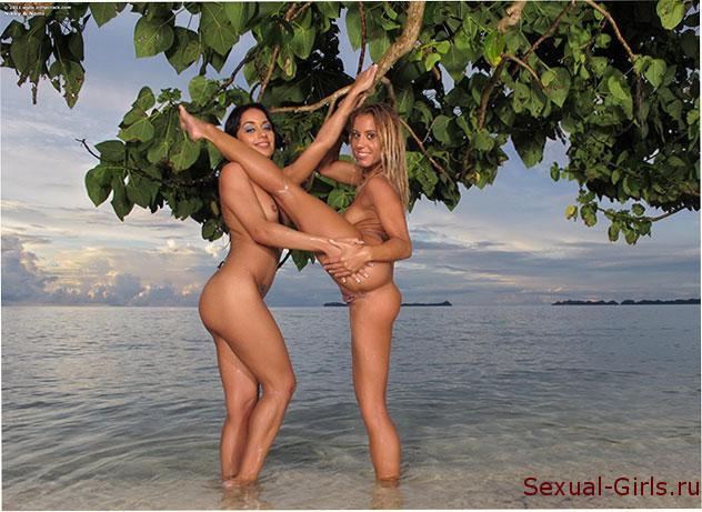 Zhopastye-lesbiianki-na-pliazhe-22
