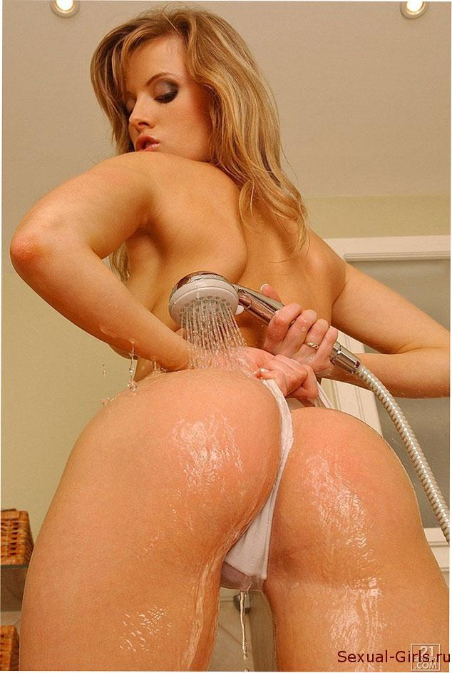 Эротическое фото: Блондинка в душе и ее шалости