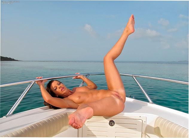 Эрофото: Прогулка на яхте с жопастой Debbie White
