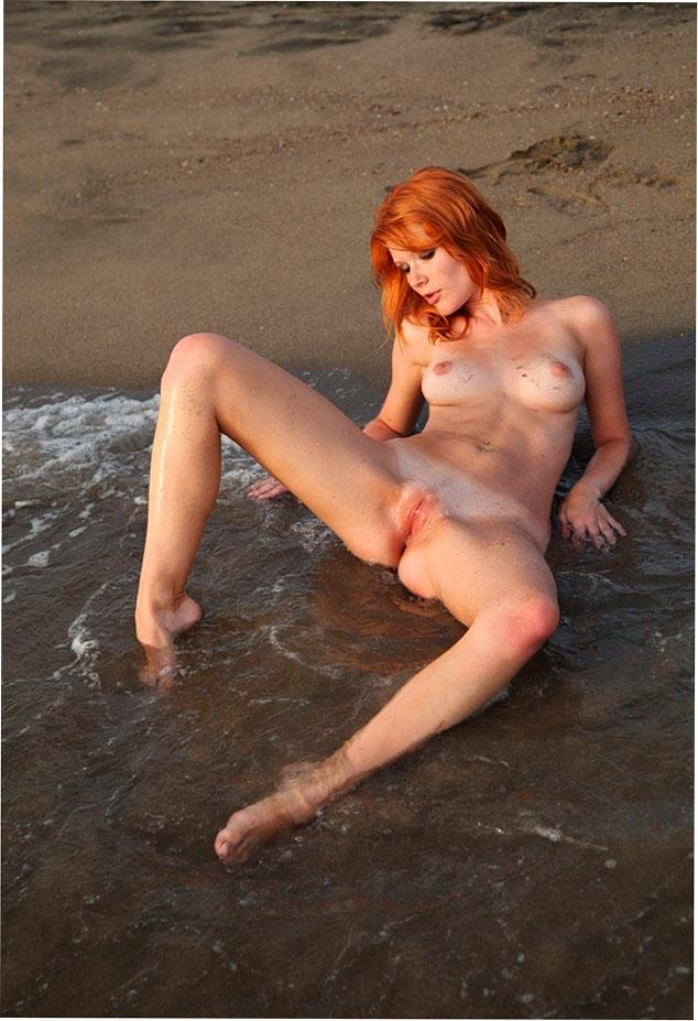 Эротическое фото: Голая Mia Sollis купается в море