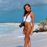 Молодая Katya Clover на берегу океана