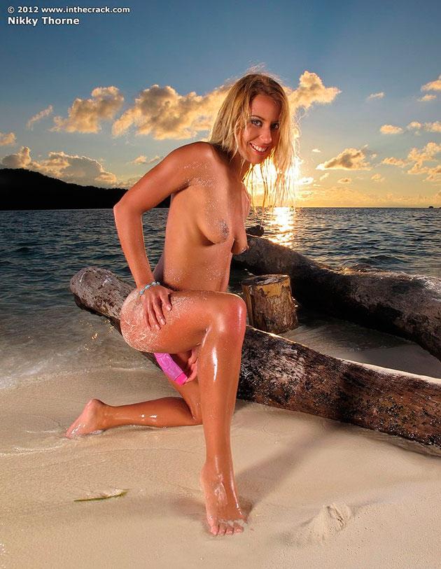 Эро фото: Nikky Thorne ублажает киску на пляже