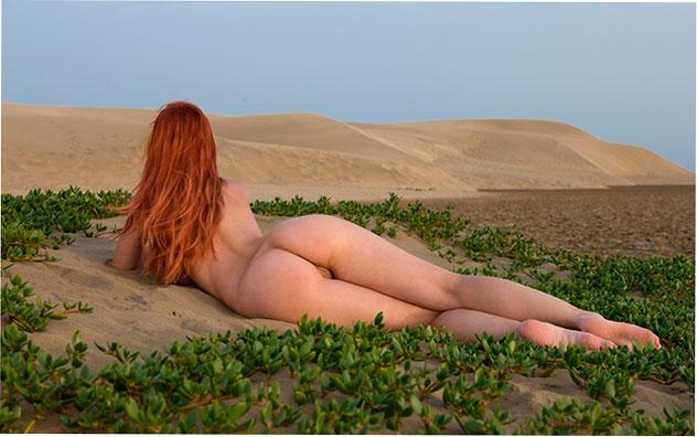 Эротическое фото: Piper Fawn позирует голой в пустыне