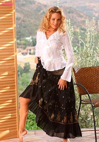 Эро фото: Prinzzess Sahara задрала юбку, показала попку