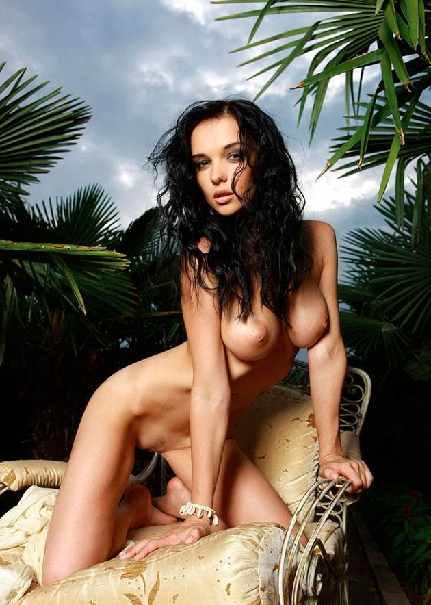 Эротическое фото: Голая брюнетка Katie Fey среди пальм