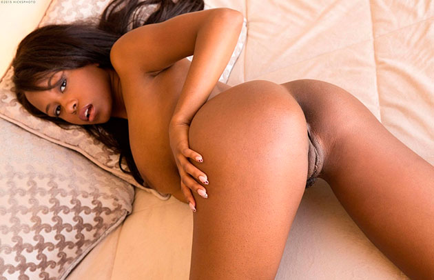 Эро фото: Сексуальная мулатка Jezebel Vessir на кровати