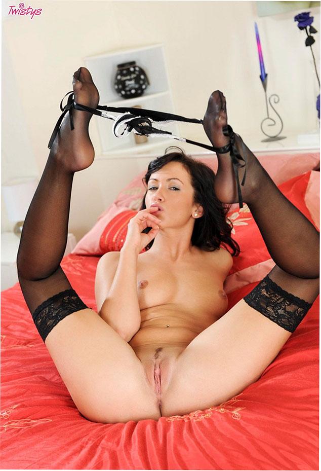 Эро фото: Tess Lyndon в черных чулках мастурбирует киску