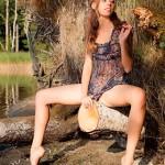 Голая Anna Netrebko позирует на природе