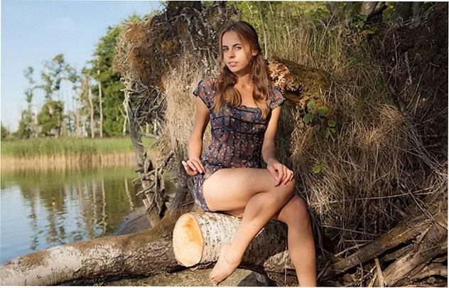 Эро фото: Голая Anna Netrebko позирует на природе