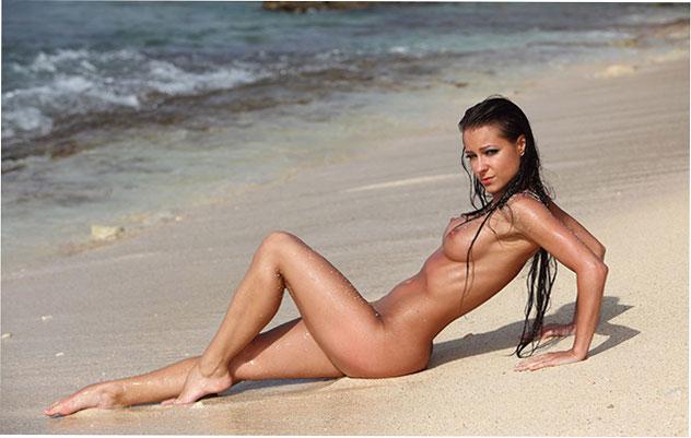 Сексуальное фото: Kristina Walker и ее аппетитные формы на пляже